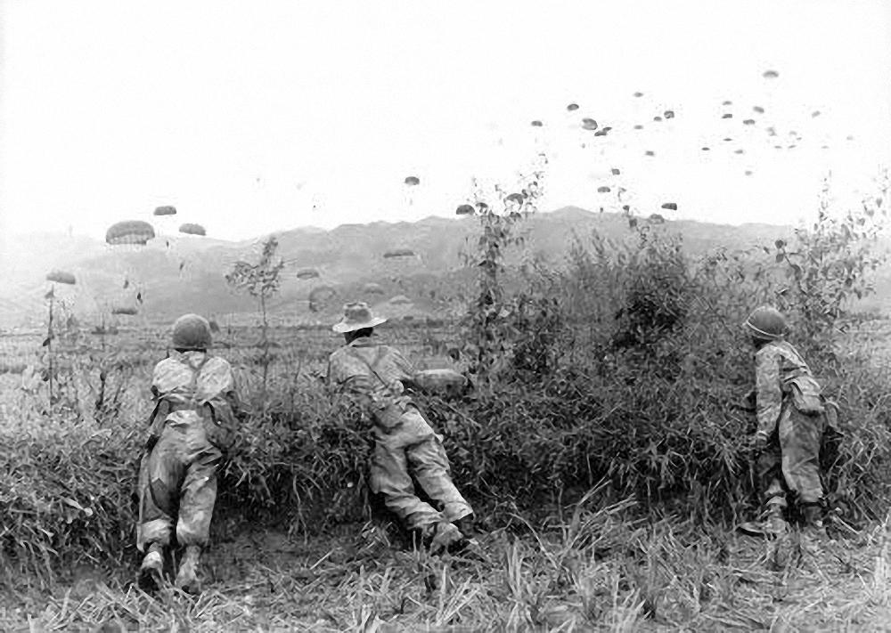 Quân Pháp nhảy dù xuống Điện Biên Phủ, đầu năm 1954. Nguồn: Pinterest.