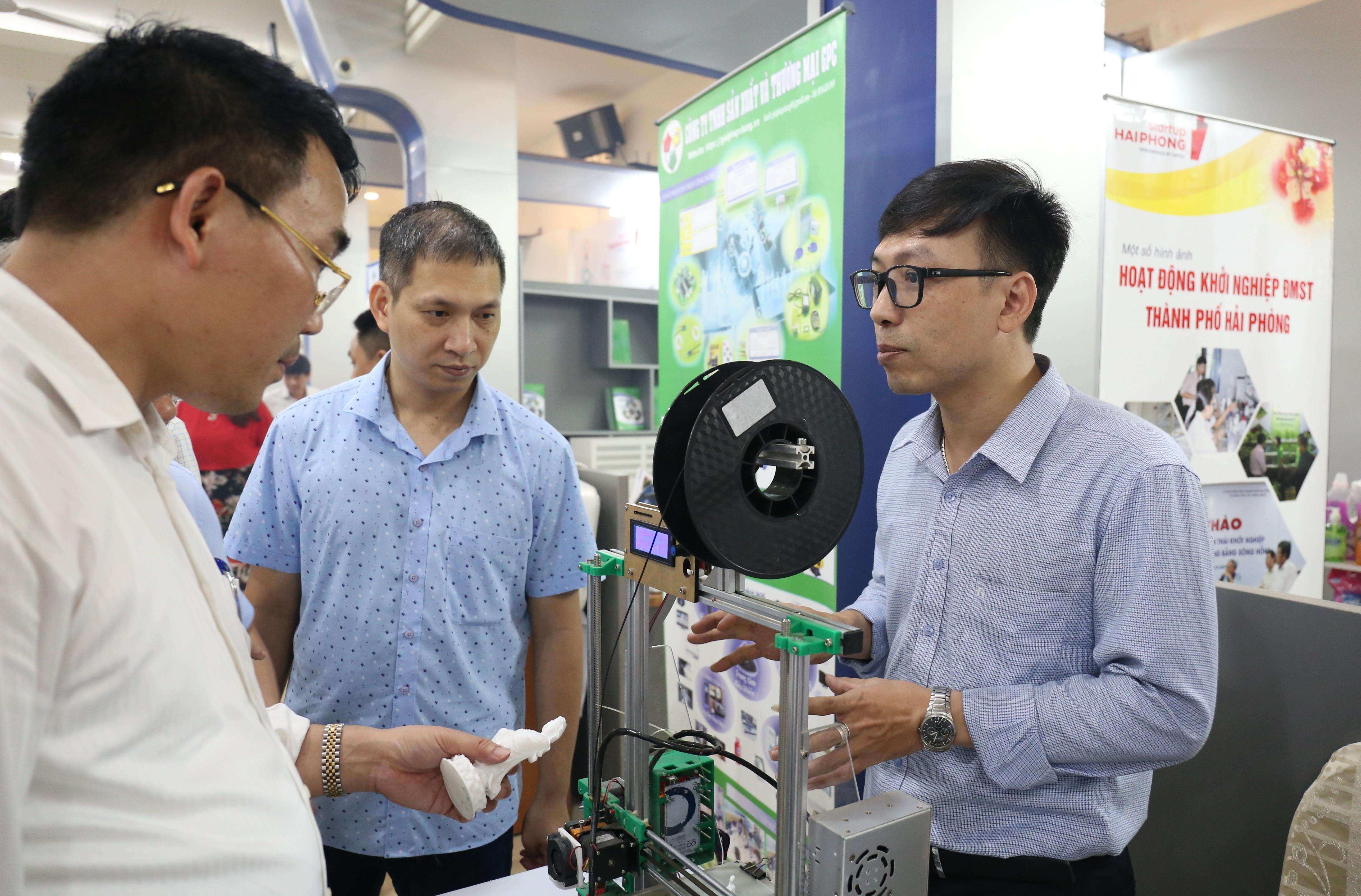 Các doanh nghiệp mang sản phẩm tới buổi khai trương điểm kết nối cung cầu tại Hải Phòng với mong muốn quảng bá sản phẩm và kết nối với các đối tác. Trong ảnh: Công ty TNHH sản xuất và thương mại GPC tại Hải Phòng giới thiệu sản phẩm in 3D với khách hàng. Ảnh: Hoàng Nam.