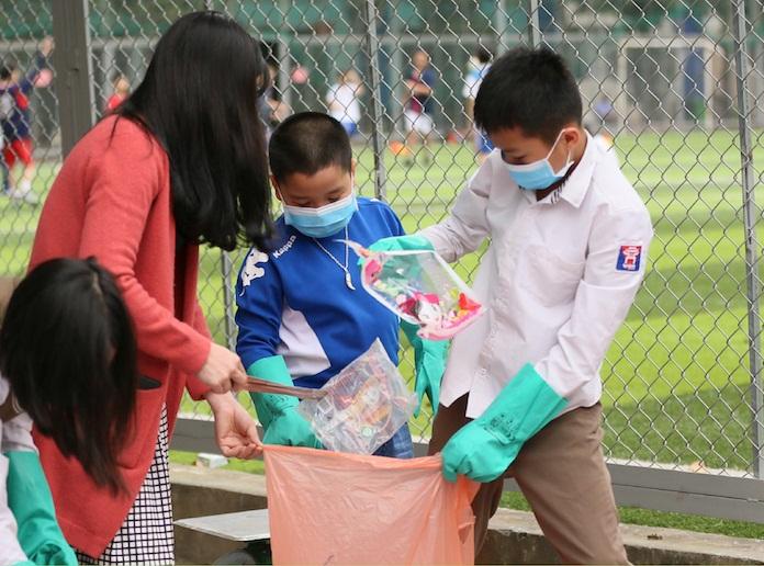 học sinh việt úc tham gia kiểm toán rác