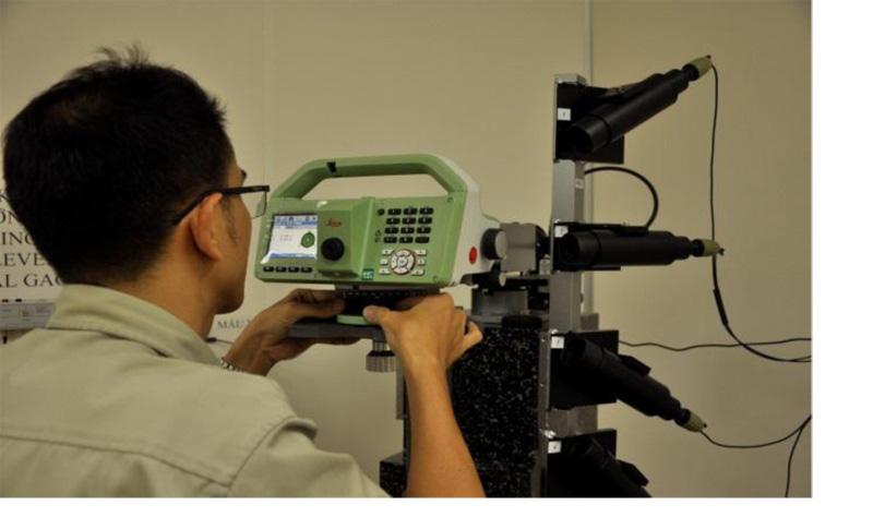 Hình 1: Hệ trực chuẩn kiểm góc đứng và góc bằng của máy kinh vĩ, máy toàn đạc