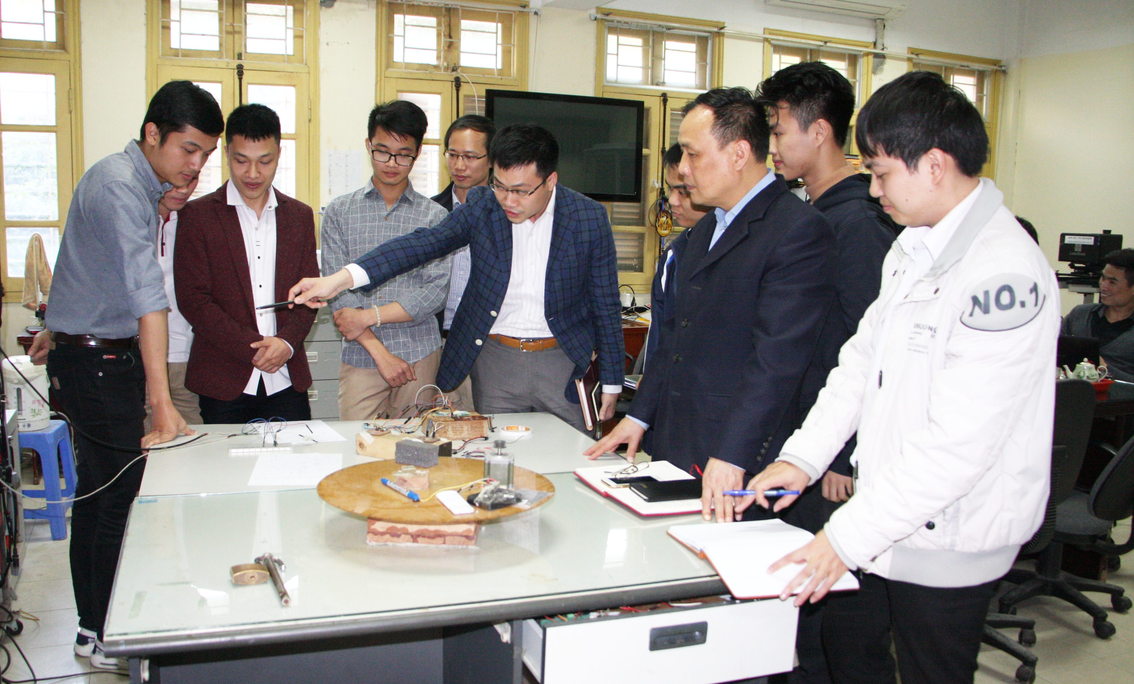 Nhóm nghiên cứu Vật liệu và kết cấu tiên tiến - một nhóm nghiên cứu mạnh của Đại học Quốc gia Hà Nội. Nguồn: uet.vnu.edu.vn