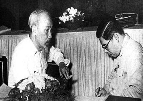 Bác Hồ với Giáo sư Trần Đại Nghĩa. Ảnh tư liệu.
