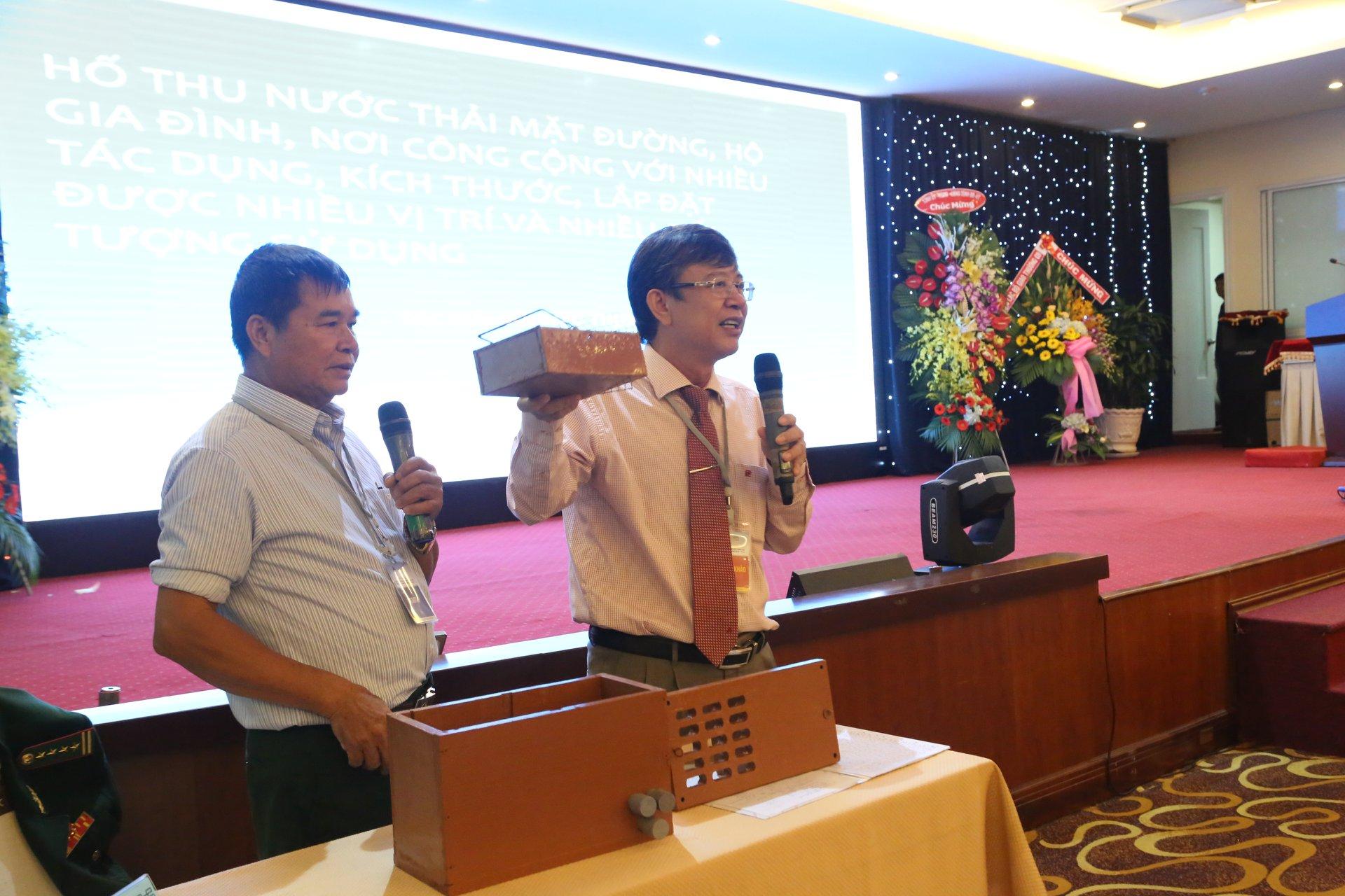 Ông Mai Thanh Quang, giám đốc sở KH&CN Bà Rịa - Vũng Tàu (phải) giúp đại tá về hưu Bùi Đức Thịnh trong phần thi của mình. Ảnh: BTC
