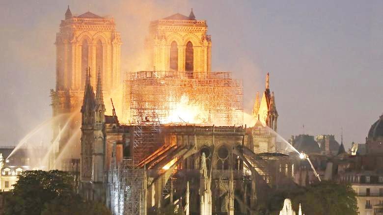 Nhà thờ Đức Bà Paris chìm trong ngọn lửa vào chiều tối 15/4. Ảnh: AFP
