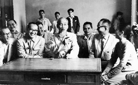 Chủ tịch Hồ Chí Minh nói chuyện với các trí thức năm 1964. (GS Trần Hữu Tước ngồi bên trái Bác Hồ). Ảnh http://baotanglichsu.vn/