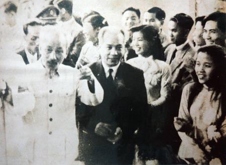 GS Ngụy Như Kon Tum đứng cạnh Bác Hồ trong buổi Bác Hồ về nói chuyện với thầy và trò trường ĐH Tổng hợp Hà Nội (1958).