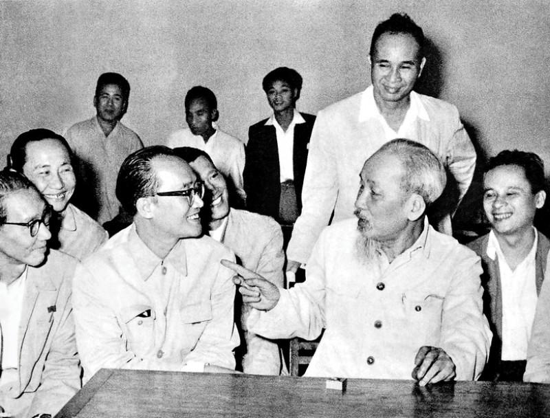 Bác Hồ thăm và nói chuyện với trí thức ngành Y tế tại Hà Nội - năm 1960. Ảnh tư liệu.
