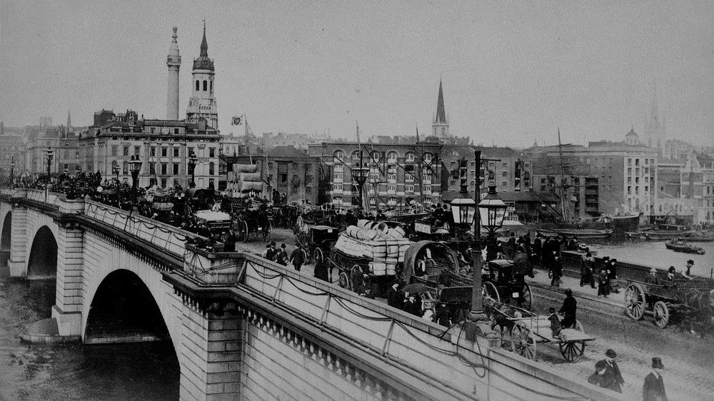 Cầu London trước khi bị tháo rời và bán sang Mỹ. Ảnh: Shutterstock.