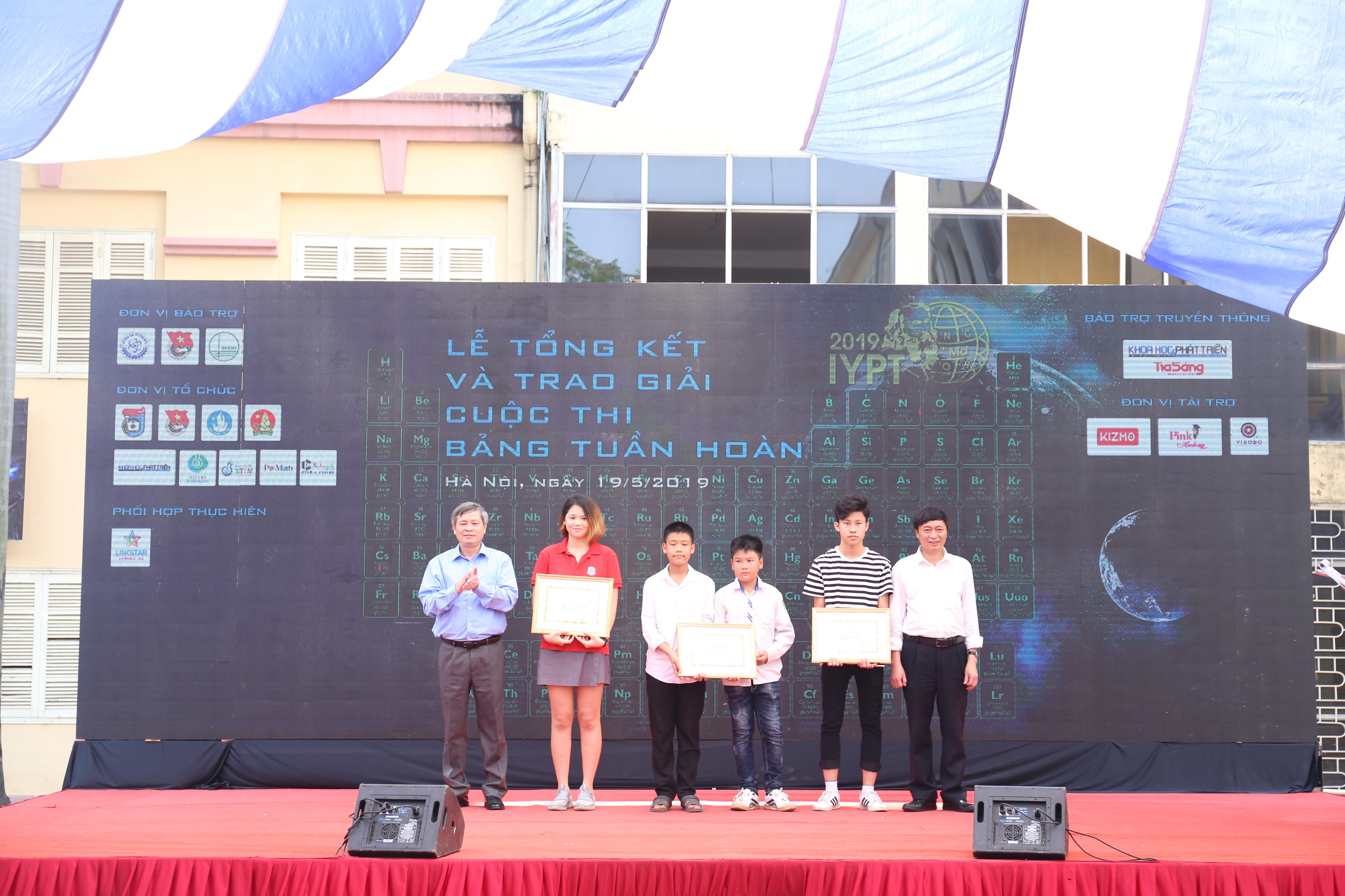 Đại diện các nhóm giải nhất của cuộc thi về bảng tuần hoàn | Ảnh:Ngô Hà