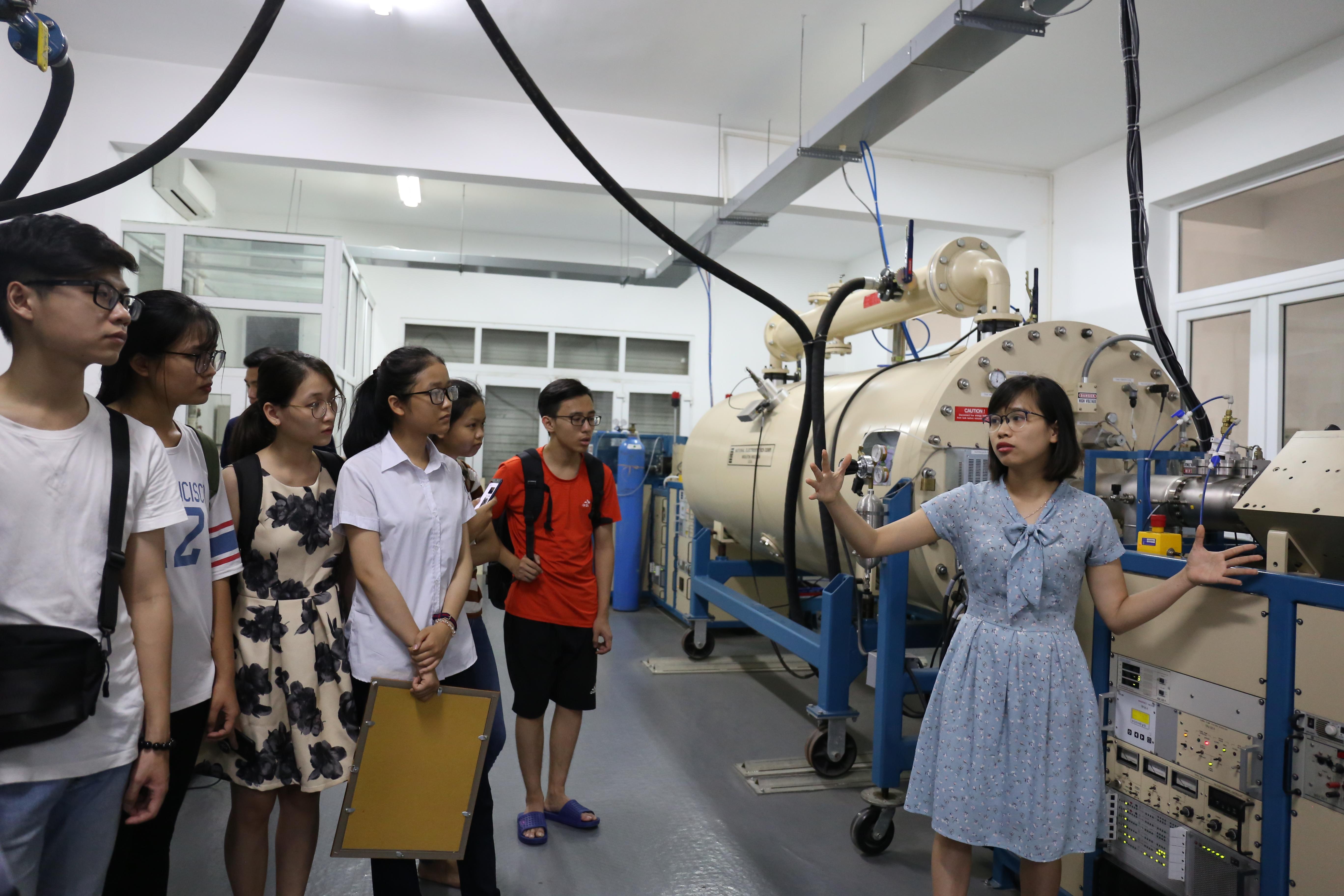 LabTour tham quan Máy gia tốc của khoa Vật Lý, trường ĐH Khoc học tự nhiên, ĐHQGHN | Ảnh: Ngô Hà