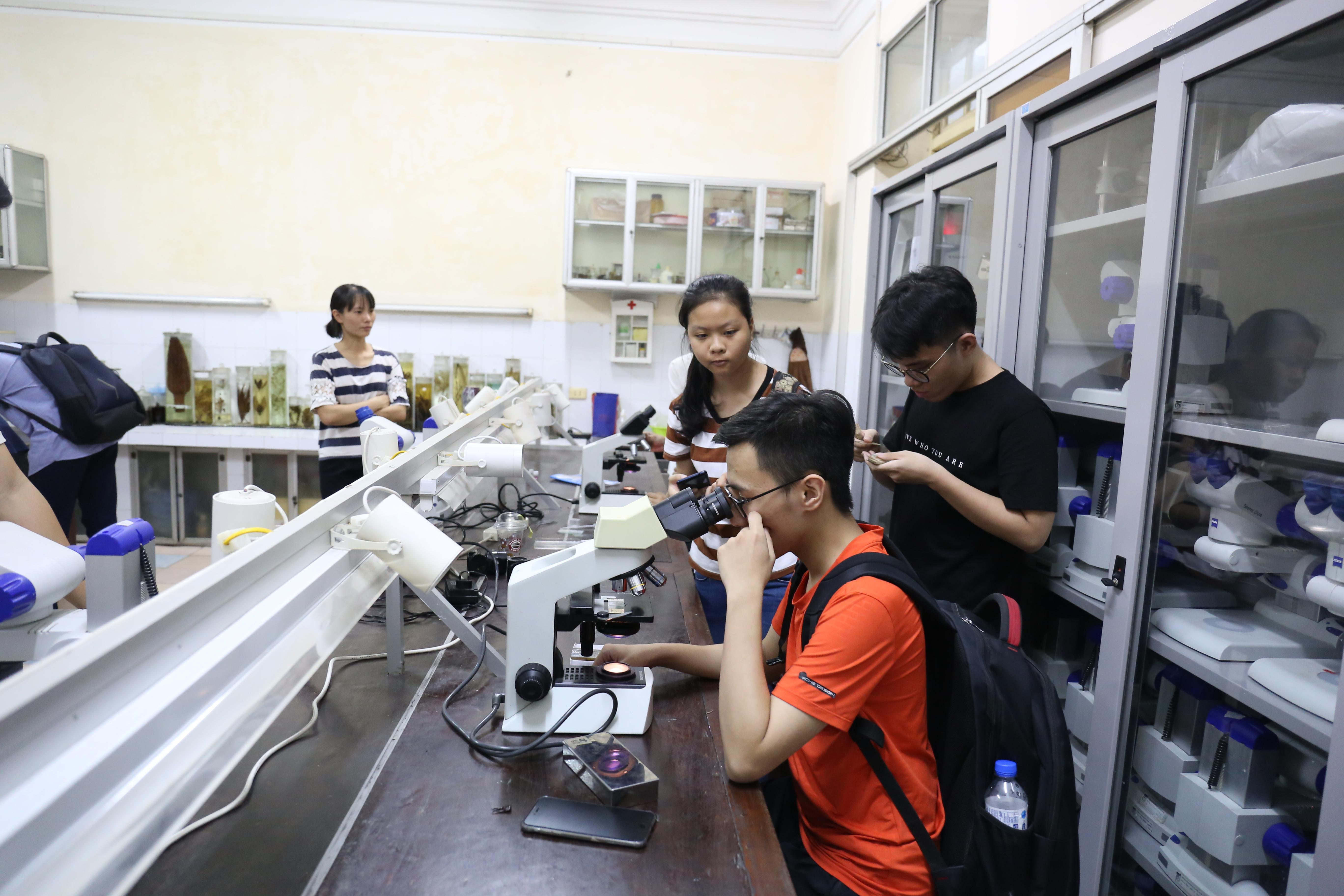 LabTour tham quan phòng thực hành đa dạng sinh học, trường ĐH Khoa học tự nhiên, ĐHQGHN | Ảnh: Ngô Hà
