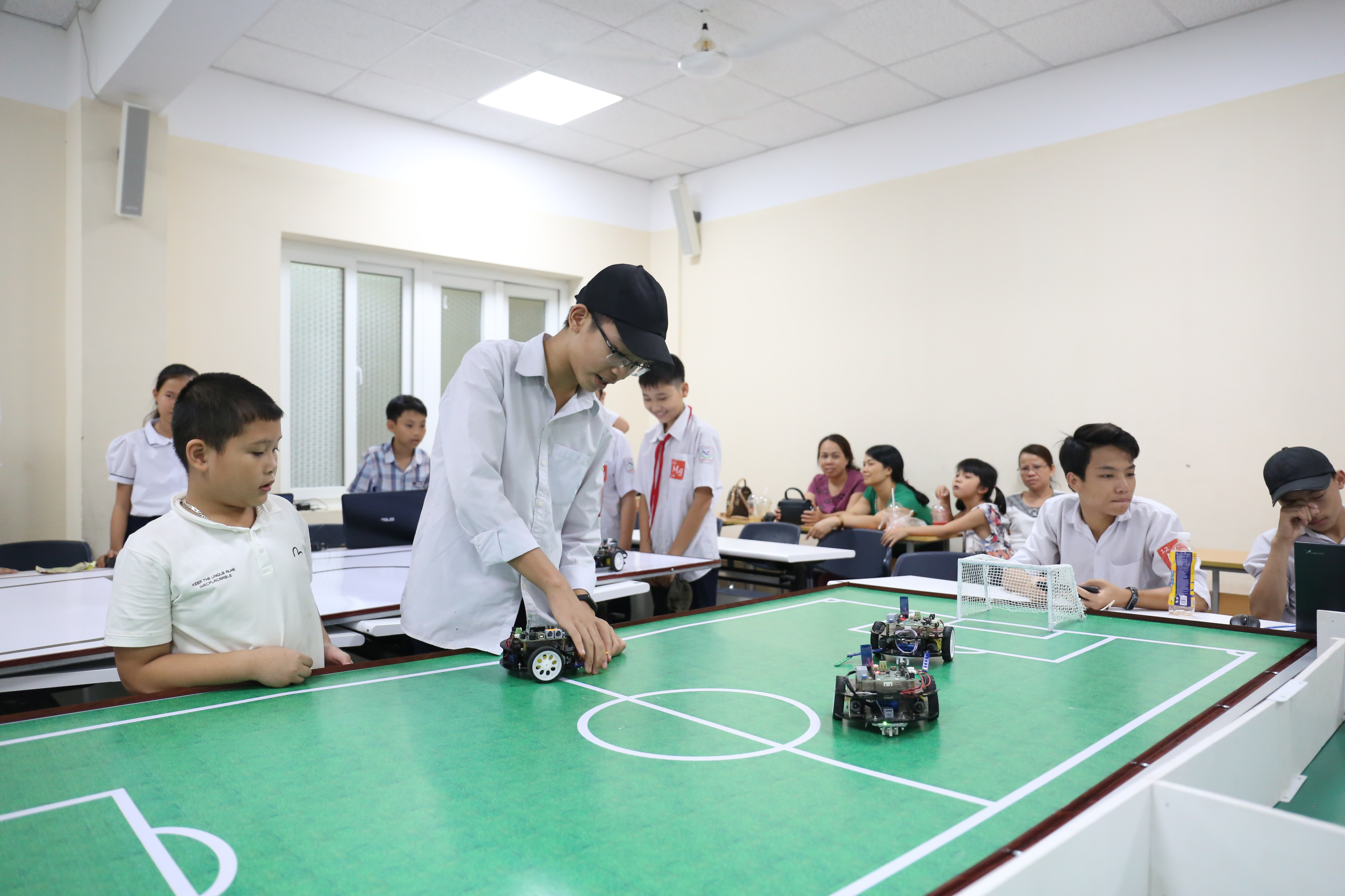 Điều khiển Robot trong lớphọc STEM do trường Nam Tiến, tỉnh Nam Định tổ chức | Ảnh: Ngô Hà