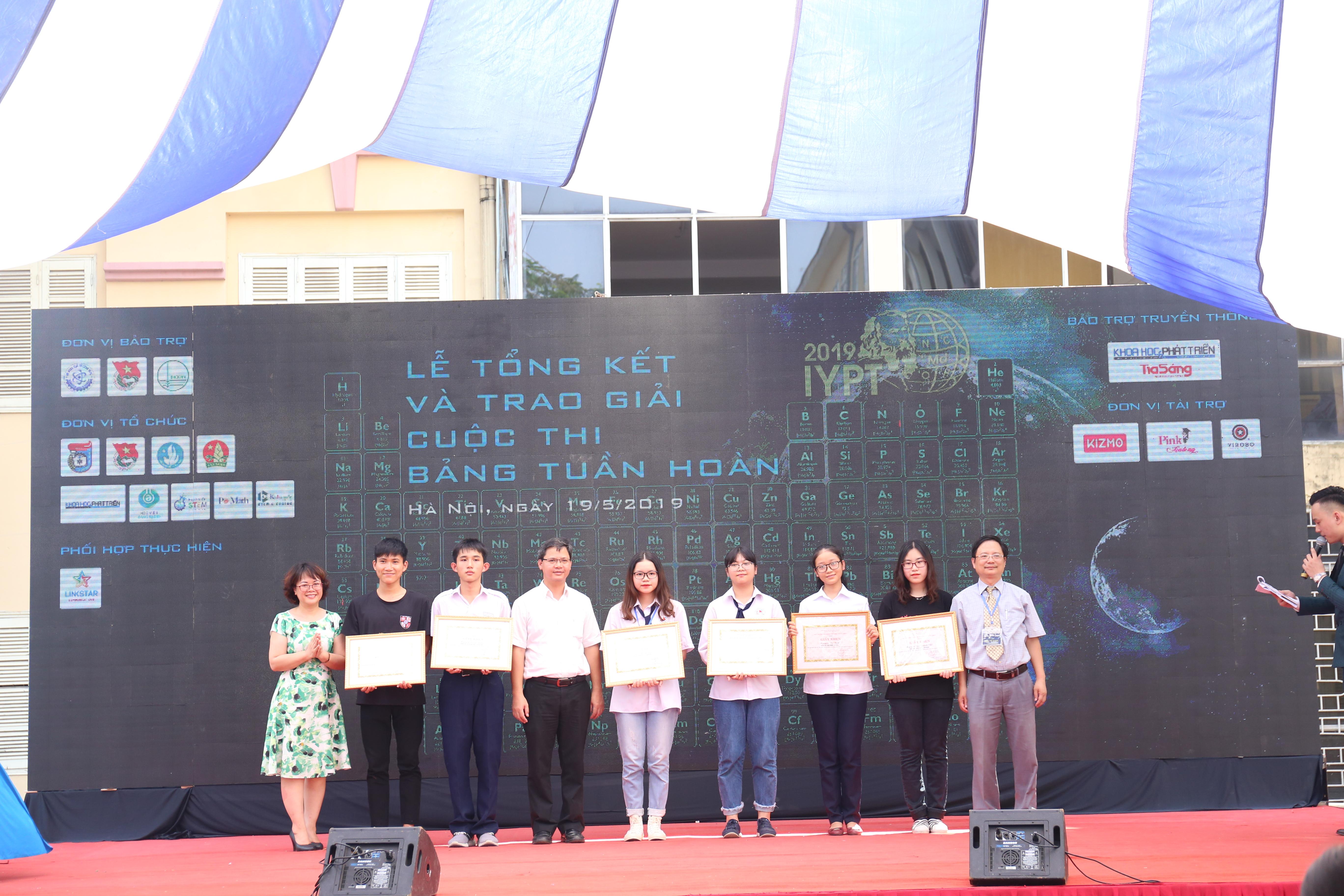 Đại diện các nhóm giải nhì của cuộc thi về bảng tuần hoàn | Ảnh:Ngô Hà