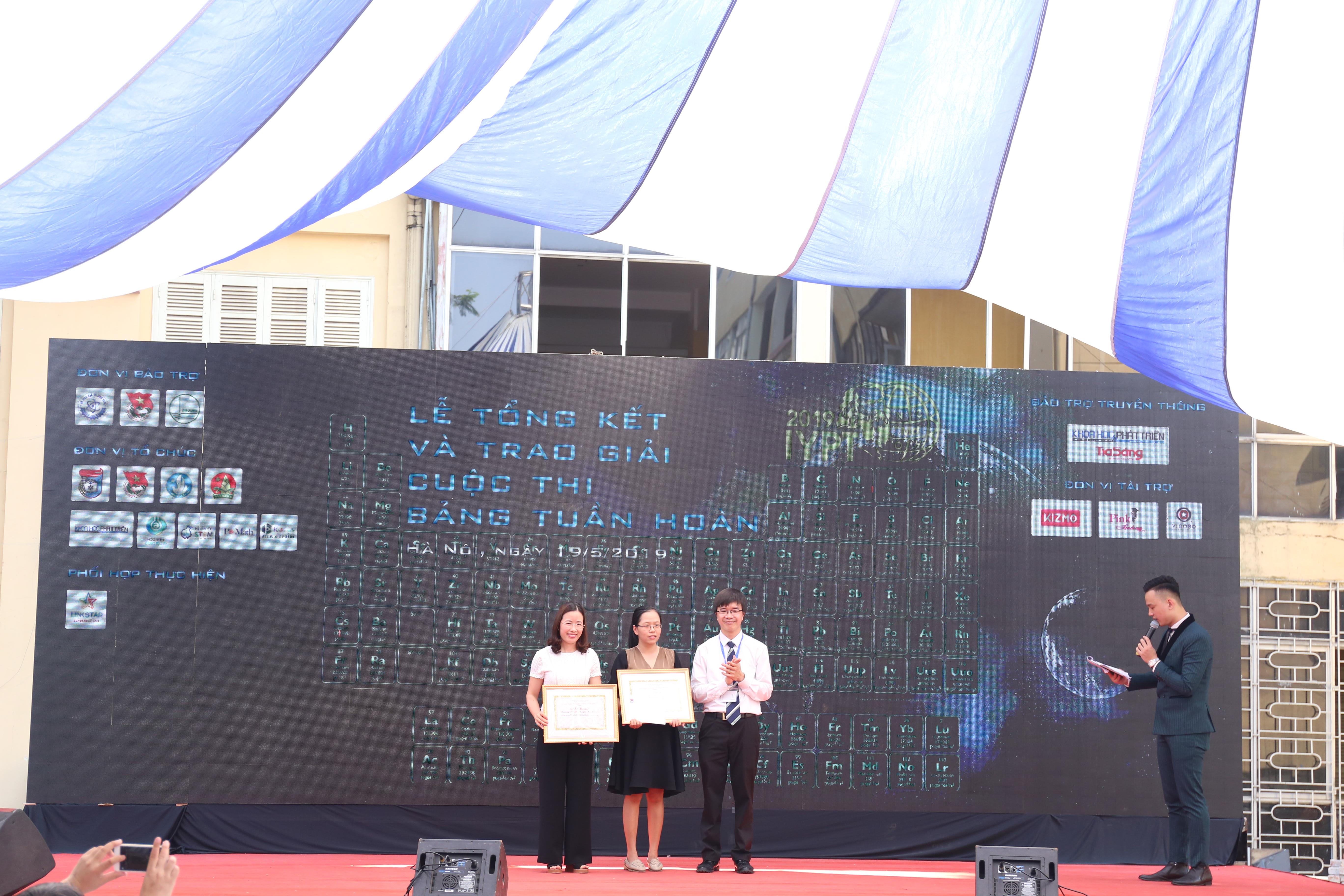 Đại diện các nhóm giải phụ của cuộc thi về bảng tuần hoàn | Ảnh:Ngô Hà