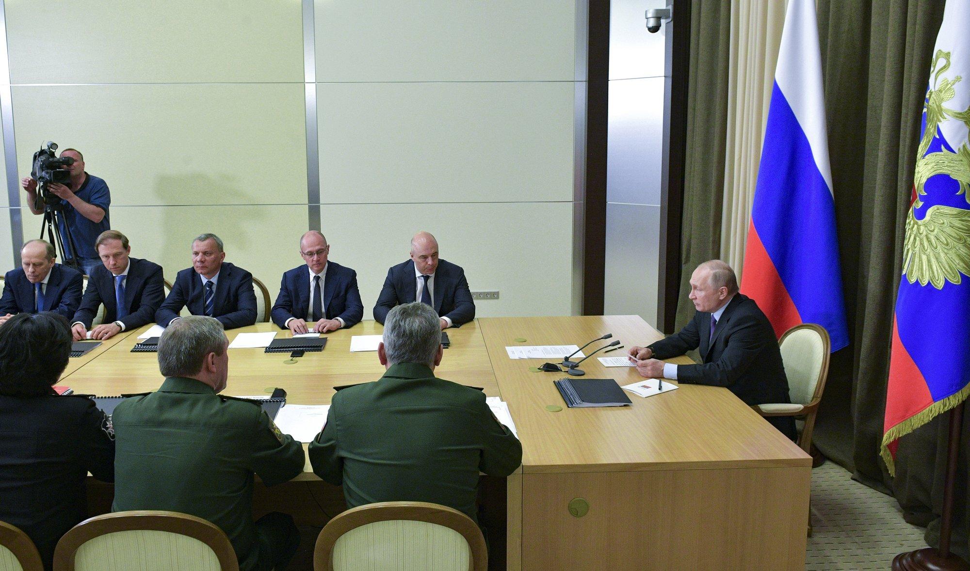 Tổng thống Nga Putin chủ trì một cuộc họp của Quân đội Nga tại căn cứ bên bờ biển đen. Ảnh: AP.