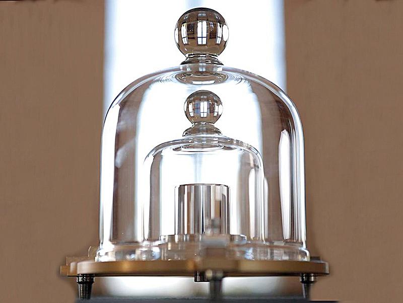 Nguyên mẫu kilogram quốc tế trong hầm an toàn ở Paris. Ảnh: Reuters.