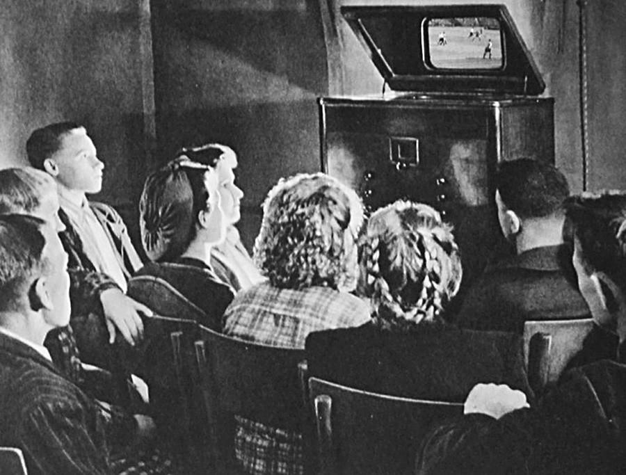 Một gia đình Liên Xô đang xem truyền hình. Ảnh: Shutterstock.