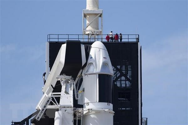 Tên lửa đẩy Falcon 9 của SpaceX và tàu vũ trụ Dragon tại Trung tâm không gian Kennedy ở Florida, Mỹ. (Nguồn: AFP/TTXVN)