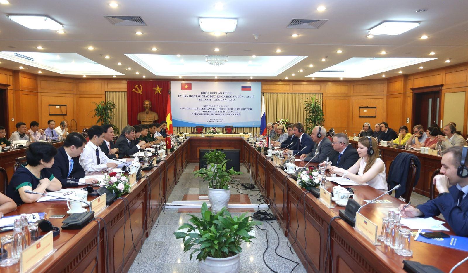 Thứ trưởng Phạm Công Tạc và Ngài Medvedev Aleksei Mikhailovich chủ trì Khóa họp. Ảnh: Vụ Hợp tác quốc tế