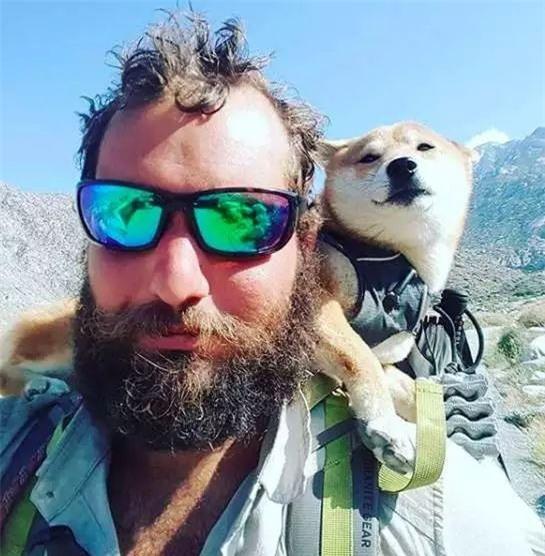 Câu chuyện của chú chó mù bị trầm cảm, được ông chủ cõng đi khắp thế giới cho khuây khỏa - Ảnh 1.