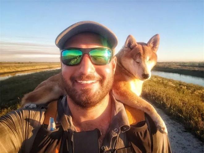 Câu chuyện của chú chó mù bị trầm cảm, được ông chủ cõng đi khắp thế giới cho khuây khỏa - Ảnh 3.