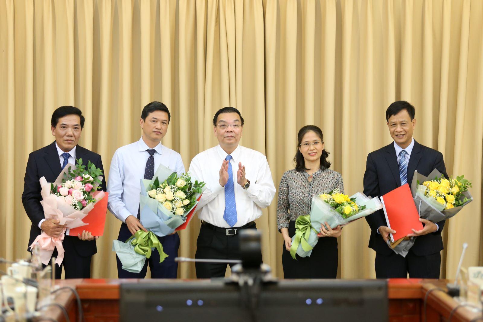Bộ trưởng Chu Ngọc Anh (giữa) trao quyết định bổ nhiệm và chúc mừng các đồng chí được bổ nhiệm   Ảnh: Bộ KH&CN