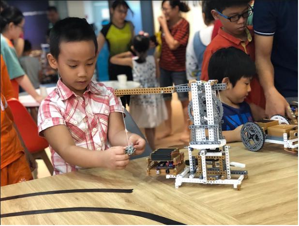 Lắp ráp cánh tay robot để điều khiển cần cẩu | Ảnh: BTC