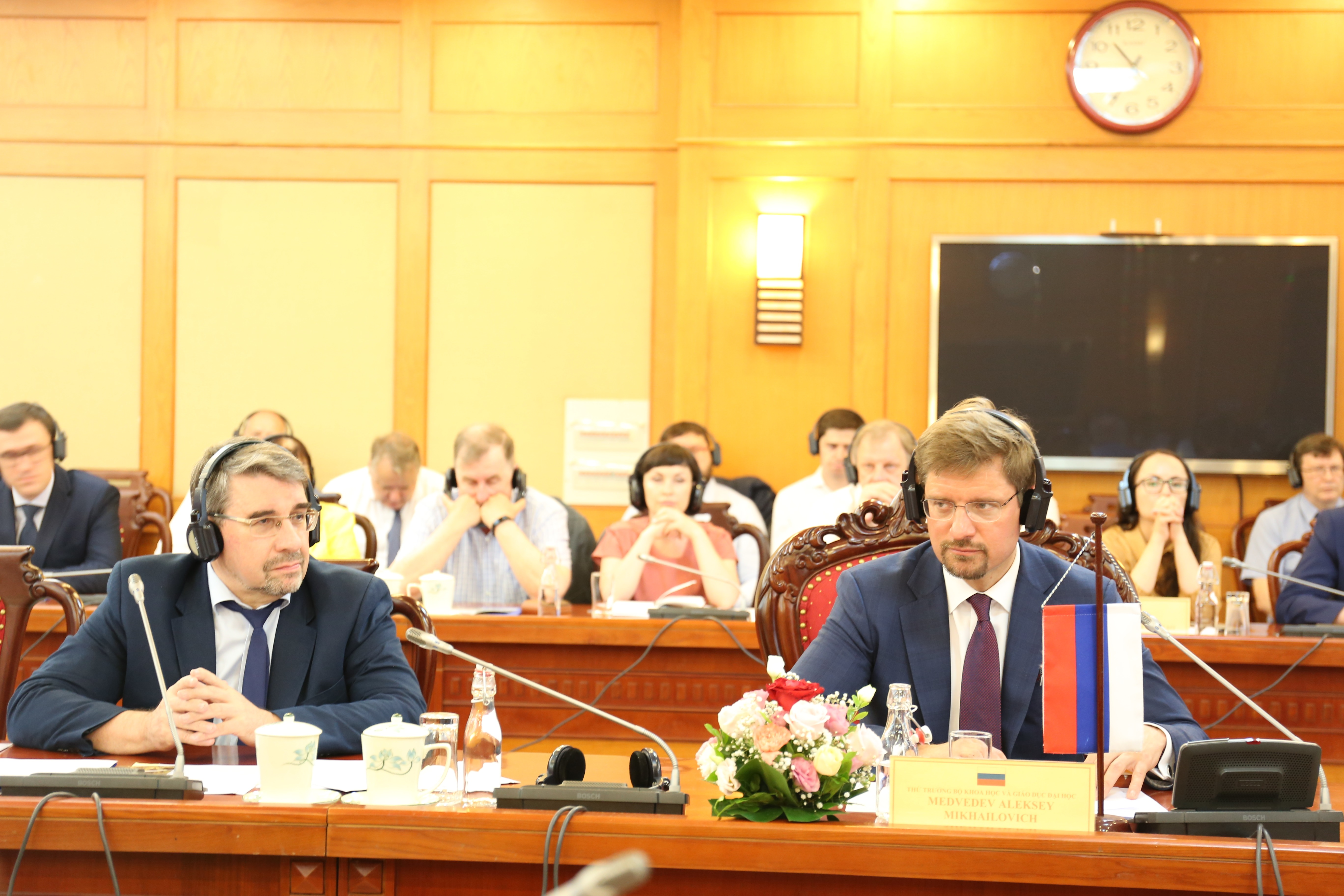 Thứ trưởng Bộ Khoa học và Giáo dục đại học A.M Medvedev (phải) và ông I.M Romanov, Vụ trưởng Vụ Chính sách KH&CN tại khóa họp.