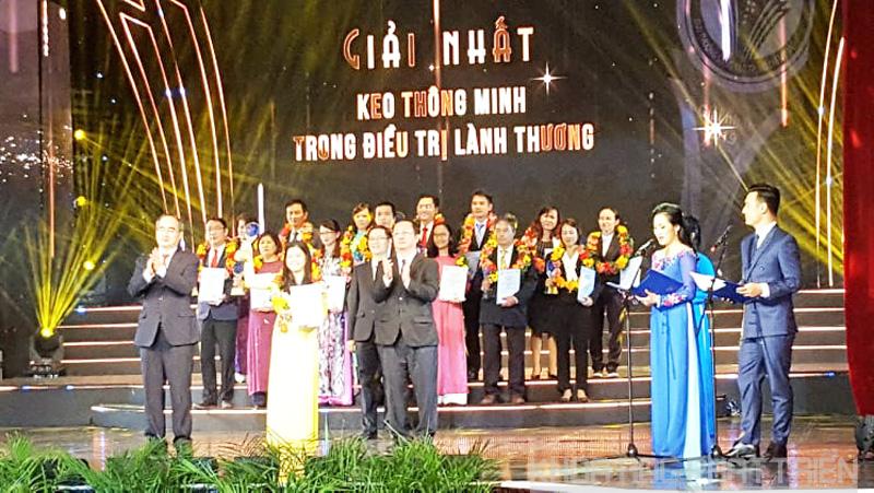 Bí thư Thành ủy Nguyễn Thiện Nhân trao giải Nhất cho công trình đoạt giải Nhất lĩnh vực Khoa học cơ bản