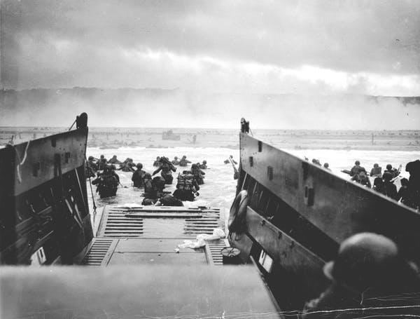 Lính Đồng Minh đang tiến vào bờ từ tàu đổ bộ tại bãi biển Omaha (Normandie) ngày 6/6/1944. Ảnh: Trung tâm lưu trữ quốc gia Mỹ.