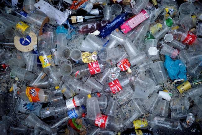 Những người chỉ uống nước từ chai bằng nhựa có thể nuốt thêm 90.000 vi hạt nhựa mỗi năm - Ảnh: Reuters