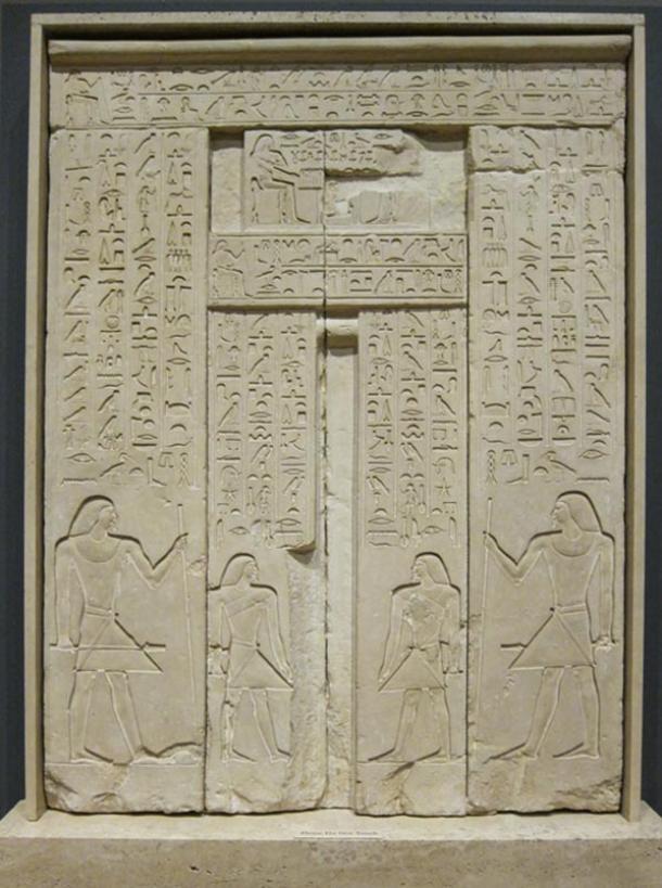 Một cánh cửa giả có niên đại vào năm 2.400 trước Công nguyên. Ảnh: Sharron Mollerus.