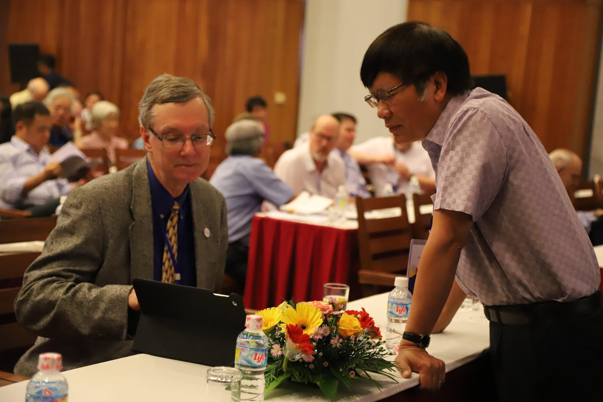 GS. Lê Tuấn Hoa, Viện Toán học (bìa phải) và GS. Brian D. Boe, Đại học Georgia, Mỹ. Hai người đã chủ trì phiên trình bày về đại số giao hoán diễn ra vào chiều ngày 11/6.