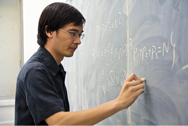 Giáo sư Terence Tao (sinh năm 1975) đang giảng bài tại Đại học UCLA (University of California, Los Angeles).