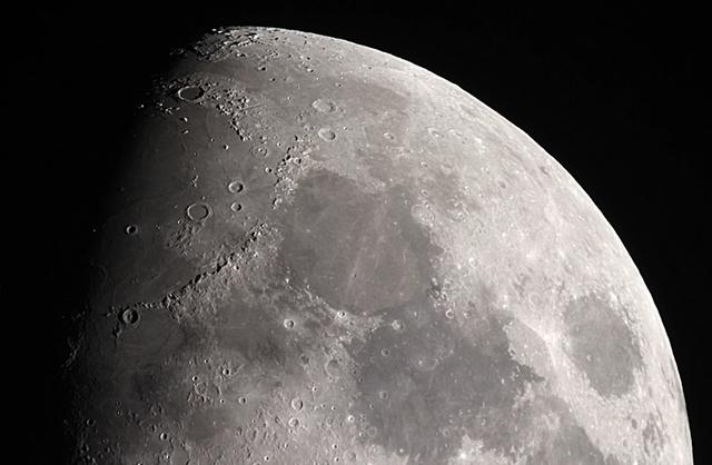 Các nhà khoa học vừa phát hiện một khối vật chất lạ trên Mặt Trăng.