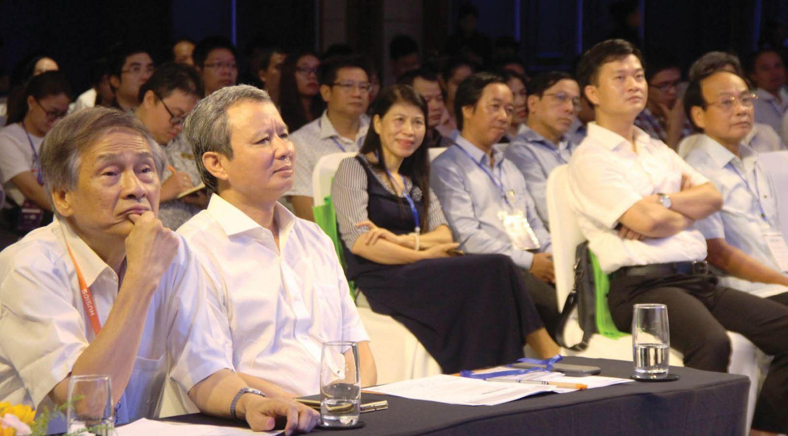 UVTƯ Đảng, Bí thư Tỉnh ủy Lê Trường Lưu (thứ 2, từ trái qua) cùng các đại biểu, diễn giả tại diễn đàn. Ảnh: Phan Thành
