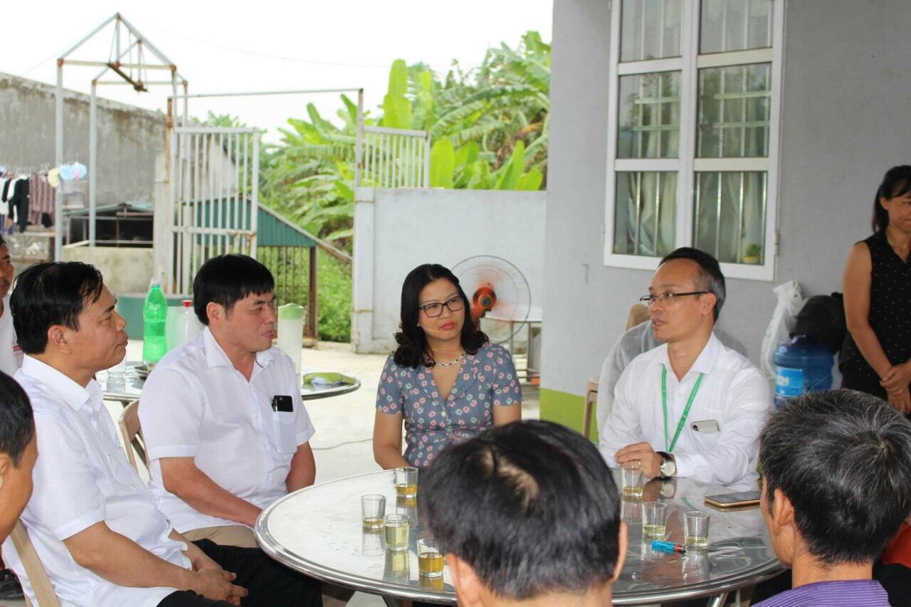 PGS.TS Lê Văn Phan (bìa phải) , trưởng nhóm nghiên cứu vaccine phòng dịch tả lợn châu Phi của Học viện Nông nghiệp Việt Nam đang trao đổi cùng đoàn công tác của Bộ trưởng Nguyễn Xuân Cường tại cơ sở nuôi và thử nghiệm vaccine. Ảnh: NVCC.