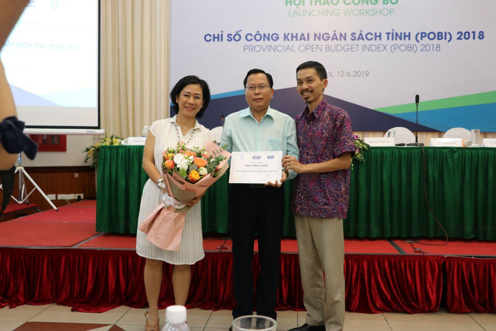 Ông Nguyễn Mạnh Hùng, Phó giám đốc Sở Tài chính Vĩnh Long (đứng giữa) được trao Giấy Ghi nhận tỉnh công khai ngân sách đầy đủ (nhóm A). Liên minh Minh bạch Ngân sách mong rằng đây là động thái tích cực để khuyến khích các tỉnh thành làm tốt hơn nữa | Ảnh: VEPR