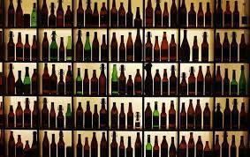 Vỏ chai bia, rượu vang và đồ uống có cồn khác chứa các hóa chất có hại tiềm tàng cho môi trường - Ảnh: Reuters