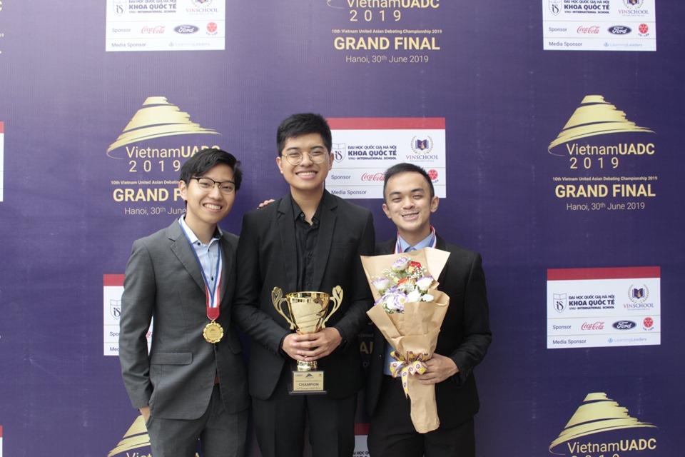 Niềm vui của đội giành chiến thắng đến từ Phillipine| Ảnh: Trường quốc tế, ĐHQGHN