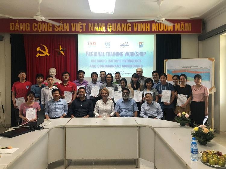 Lễ bế giảng và trao chứng chỉ cho các học viên tham dự khóa khọc về thủy văn đồng vị. Ảnh: Phòng GV&ĐT, Trung tâm Đào tạo hạt nhân.