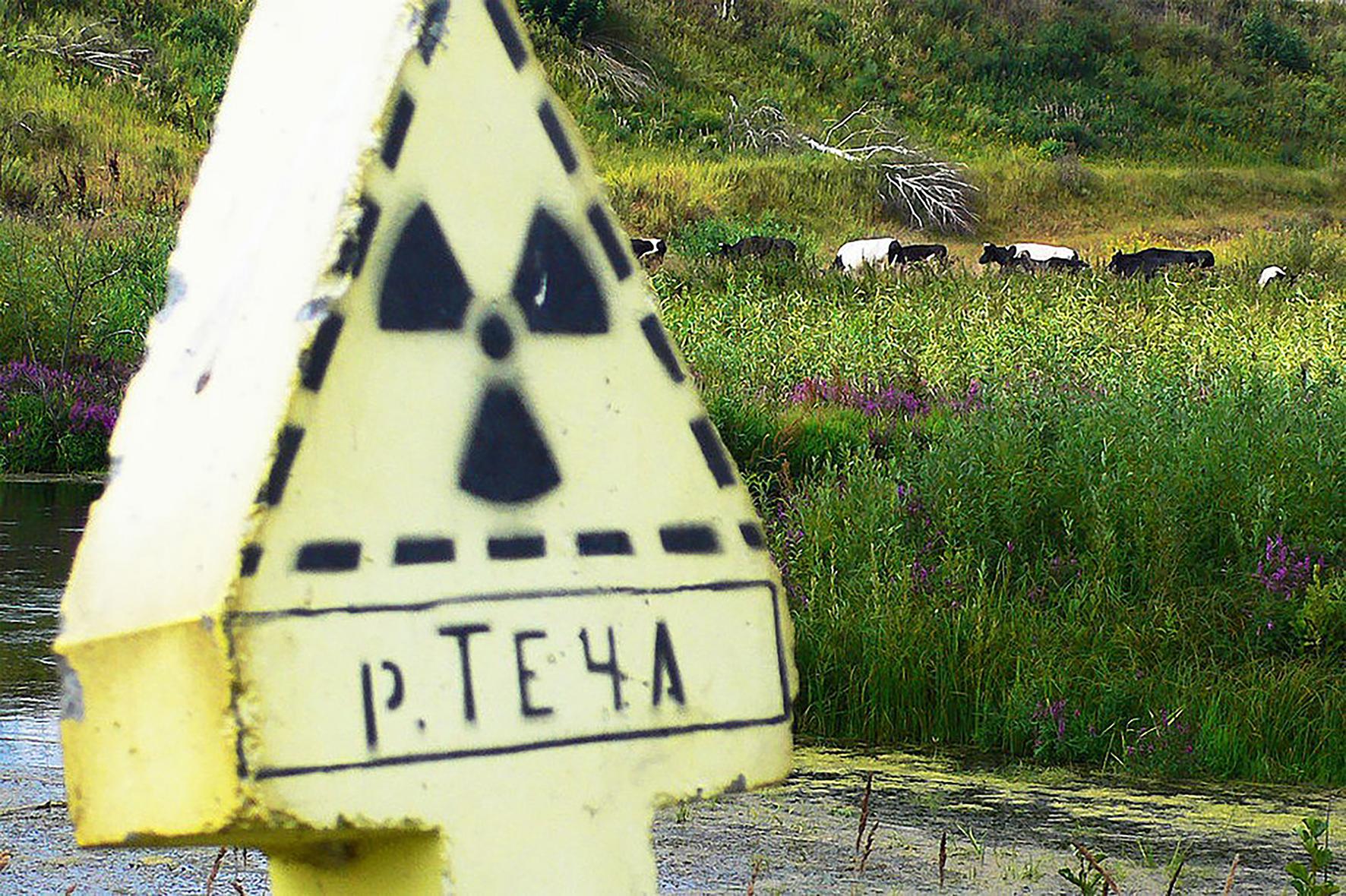 Một biển báo về ô nhiễm phóng xạ gần nhà máy hạt nhân Mayak. Ảnh: Wikimedia.