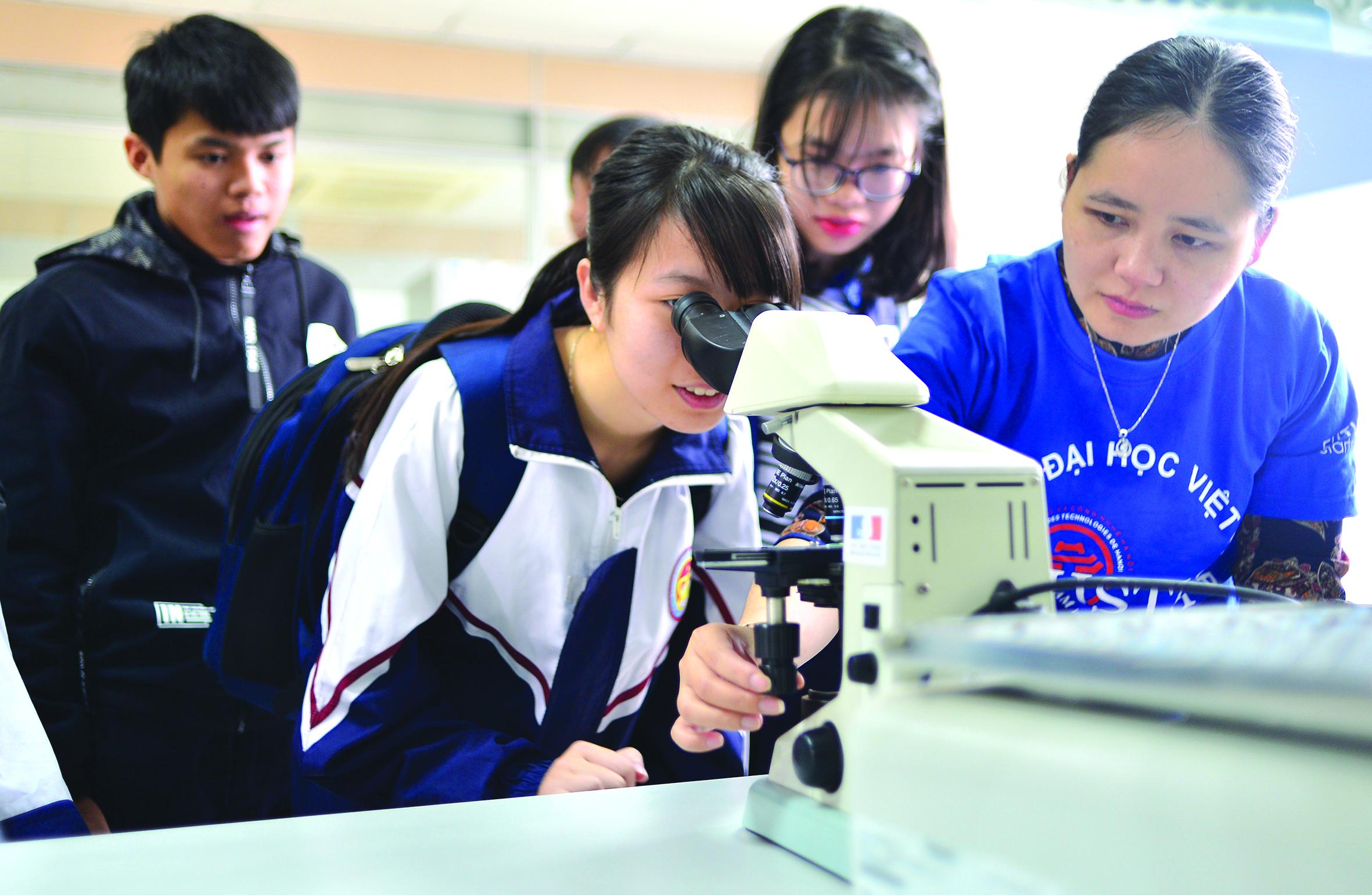 Hằng năm, Đại học KH&CN Hà Nội (USTH, Đại học Việt - Pháp) đều tổ chức Open Day, nơi học sinh và phụ huynh được gặp gỡ các giảng viên và đại diện một số doanh nghiệp lớn có hợp tác với trường để nghe tư vấn chi tiết về các ngành đào tạo, triển vọng nghề nghiệp, học bổng và cơ hội thực tập ở nước ngoài. Đây cũng là dịp để học sinh và phụ huynh tham quan cơ sở vật chất hiện đại và hệ thống phòng thí nghiệm đạt chuẩn quốc tế của trường. Trong ảnh: Trải nghiệm tại phòng thí nghiệm thuộc Khoa Công nghệ sinh học Nông-Y-Dược trong Open Day. Ảnh: Hồng Khánh