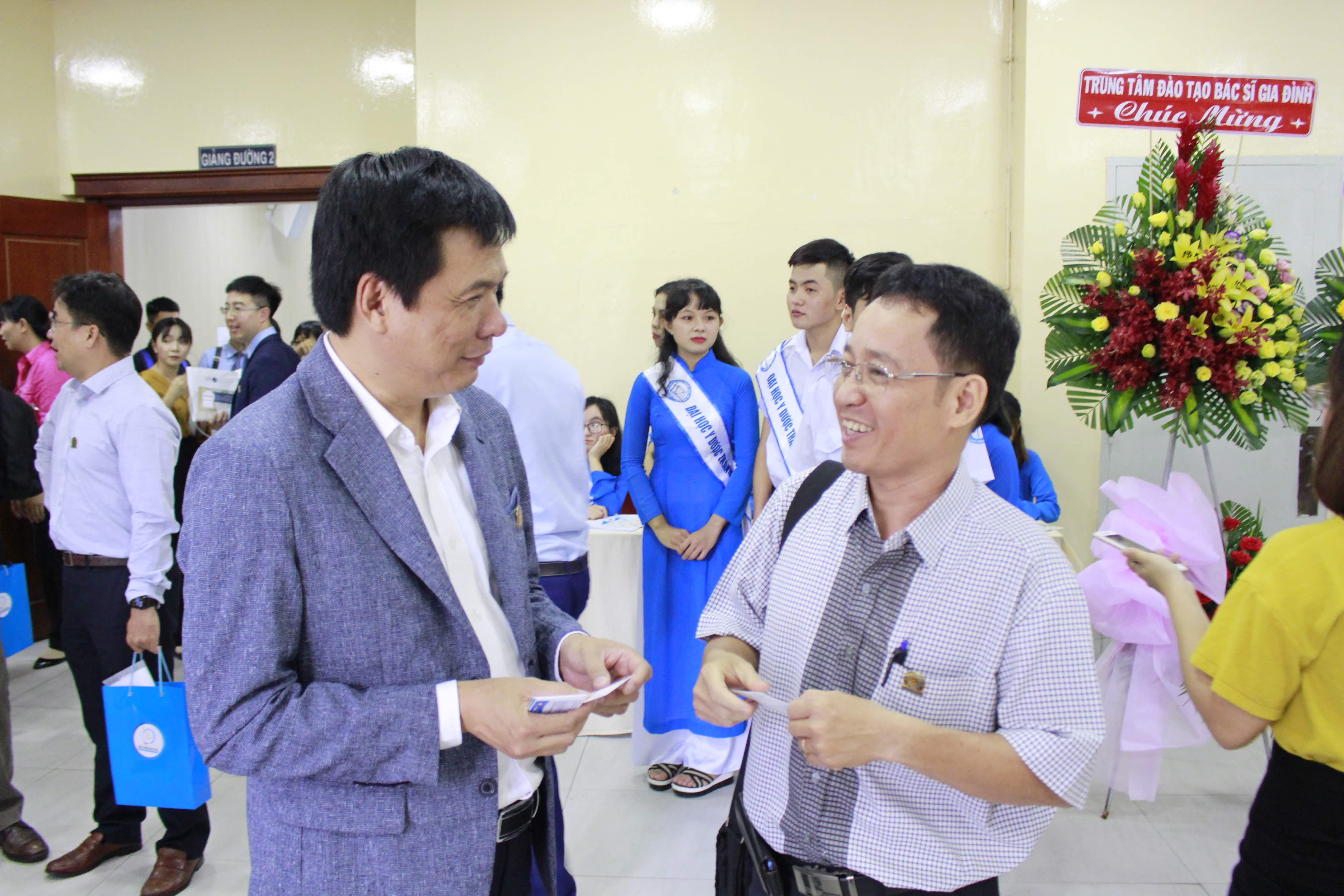 Ông Huỳnh Kim Tước, Giám đốc Saigon Innovation Hub trao đổi với một nhà nghiên cứu của ĐH Y Dược TP.HCM – Ảnh: T.Đăng