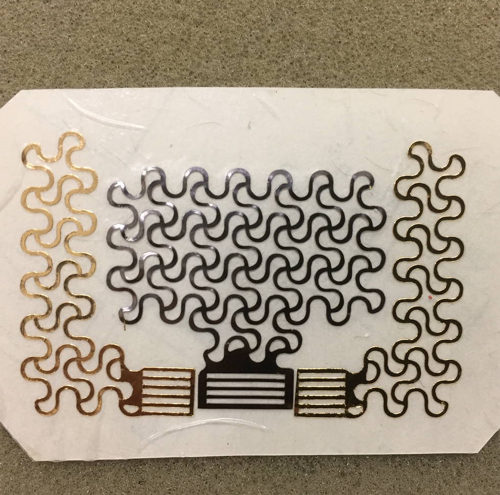 Ảnh: Thiết bị hình xăm điện tử được gắn vào da để theo dõi sức khoẻ tim. Nguồn: popularmerchanics.com