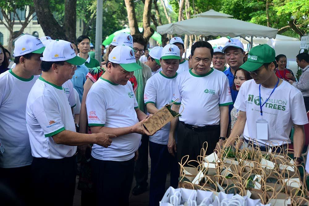 Thủ tướng Nguyễn Xuân Phúc tham quan các gian hàng đồ thay thế túi nilông thân thiện hơn với môi trường | Ảnh: Bộ TNMT