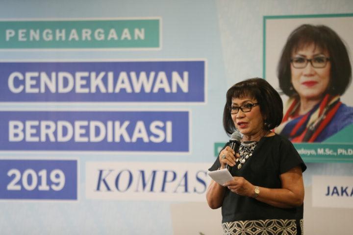 GS. Herawati Supolo Sudoyo tại lễ trao Giải thưởng Học giả cống hiến 2019 tại Jakarta hôm thứ sáu, 28/6. Ảnh: Kompas.