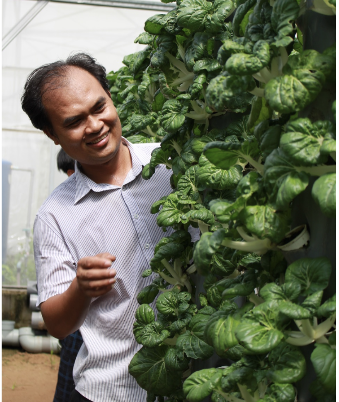Phạm Thành Lộc tại trang trại của mình trong Khu Nông nghiệp Công nghệ cao TP.HCM . Ảnh: NVCC