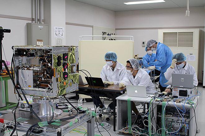 Đội ngũ kỹ sư Việt Nam tham gia tích hợp vệ tinh MicroDragon tại Nhật Bản. Nguồn: Trung tâm Vũ trụ Việt Nam