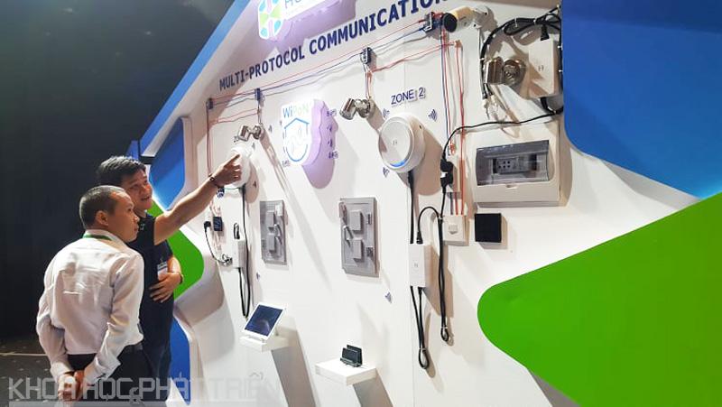 Khách tham dự trải nghiệm những tính năng của IoT Hub